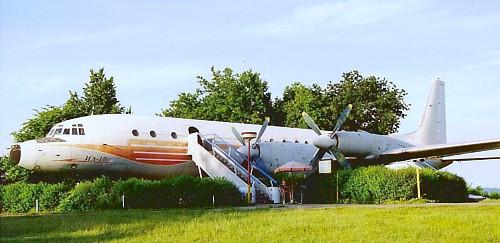 Letadlo Iljušin v kempu U letadla
